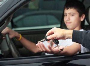 Если гаишник остановит  летнего мальчика что будет на машине