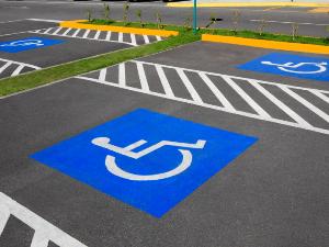 Разрешено ли эвакуировать машину с инвалидного места парковки гипермаркета