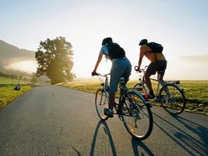 По какой стороне должен двигаться велосипедист на трассе