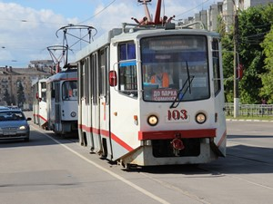 По трамвайным рельсам если трамвай находится по ходу движения