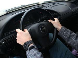 Как правильно держать и крутить руль автомобиля в разных ситуациях?