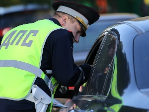 Имеет ли право инспектор ДПС останавливать для проверки документов?
