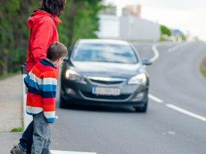 Разрешено ли переходить дорогу вне пешеходного перехода?